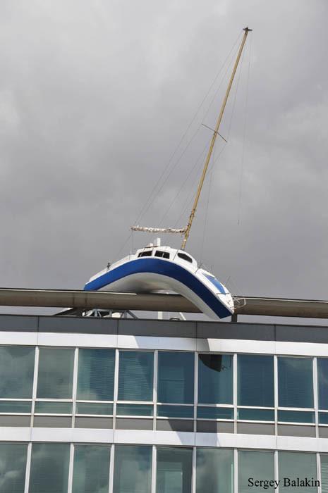 яхта на крыше