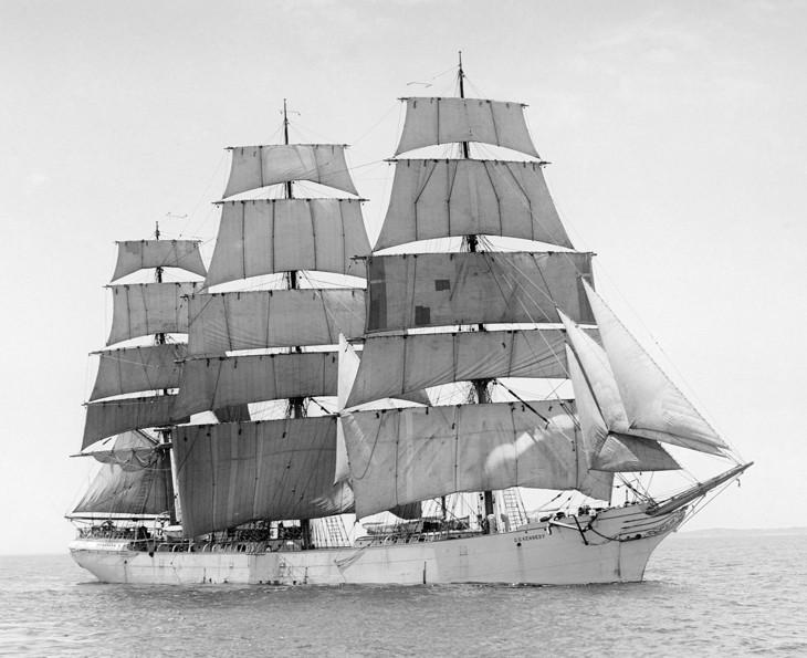 Корабль «G.D.Kennedy» под парусами.