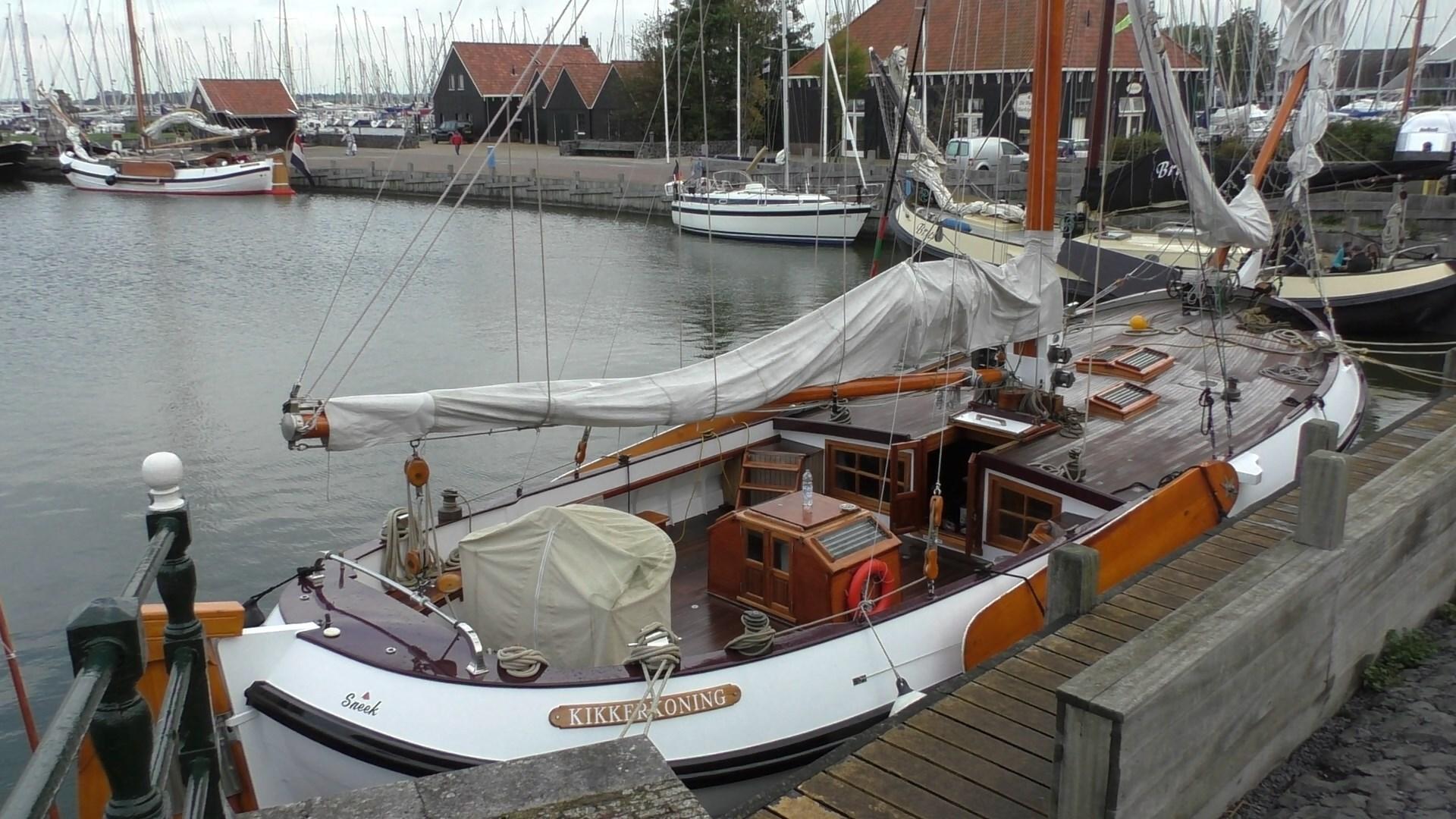 Одномачтовая парусная лодка в нидерландах