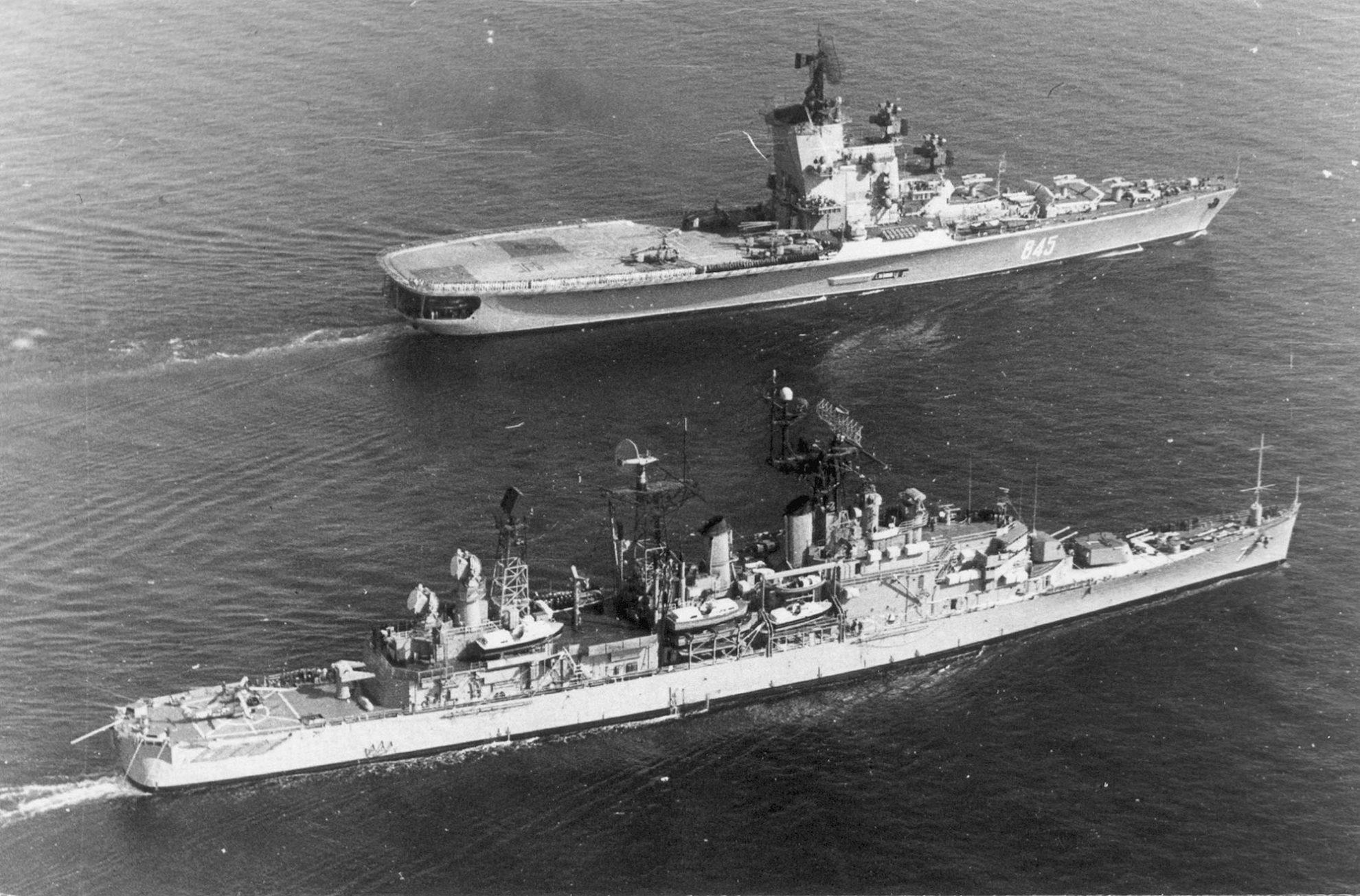 противолодочный крейсер «Ленинград» и американский ракетный крейсер «Спрингфилд»,