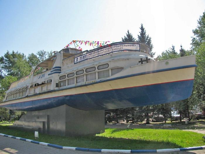 Памятник теплоходу Москвич