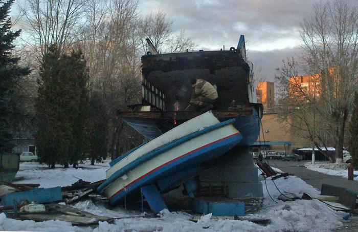 Уничтожение памятника теплоходу Москвич