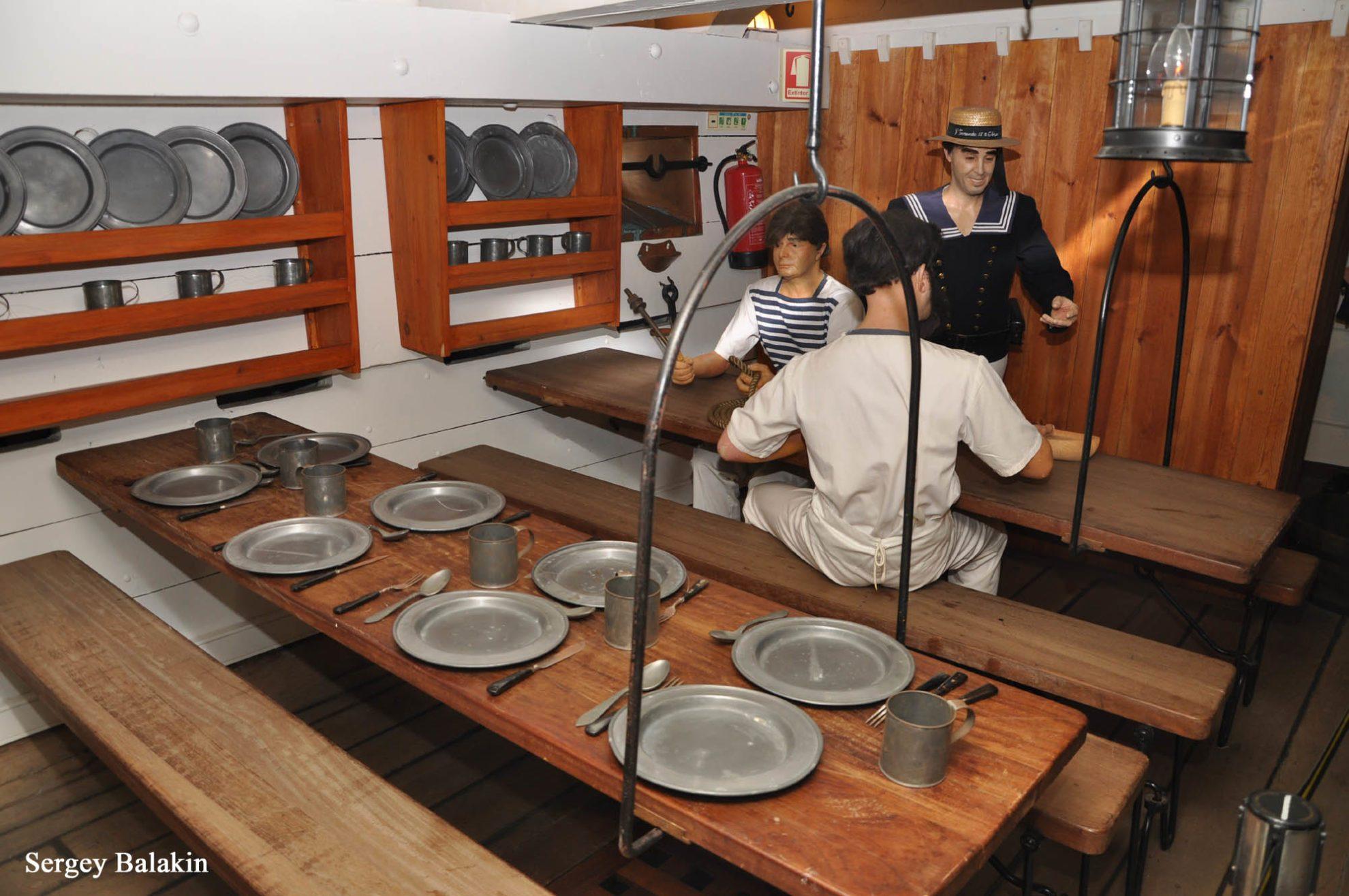Команда фрегата обедала на съемных полуподвесных столах.