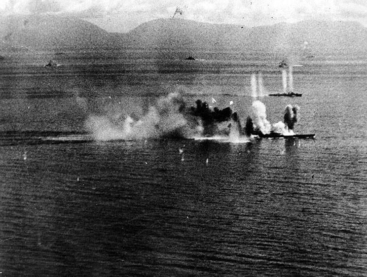 «Мусаси» под бомбами американской авиации, 24 октября 1944 г. Справа на заднем плане виден также атакованный американцами японский эсминец