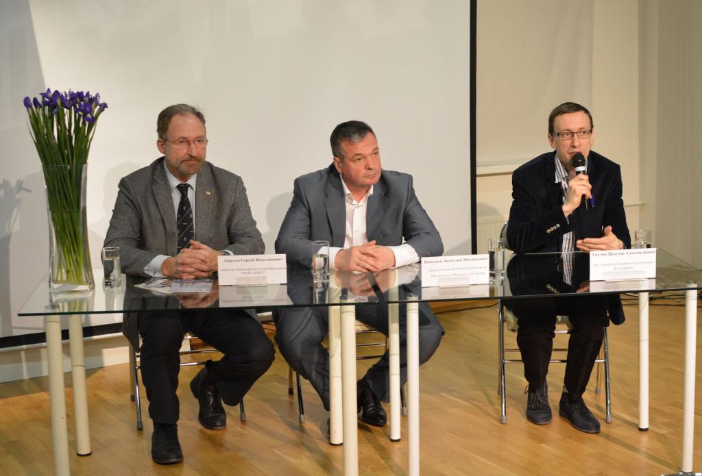 Пресс-конференцию проводят организаторы выставки Сергей Апрелев, Анатолий Васильев и Ярослав Амелин