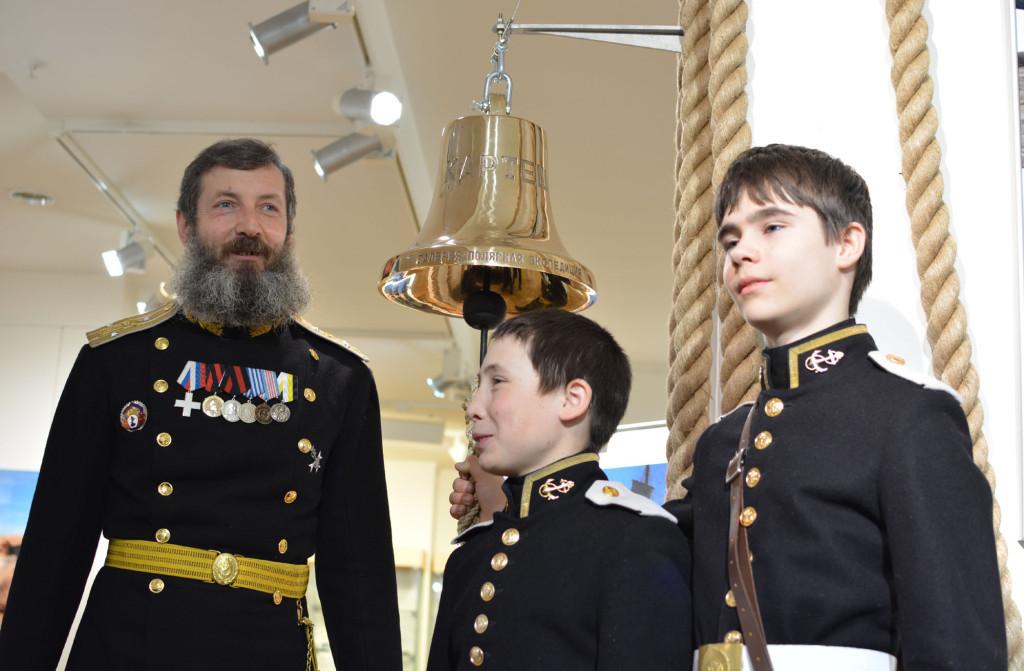 В церемонии открытия выставки-фестиваля участвовали учащиеся Морского кадетского класса и их наставник Георгий Андронов