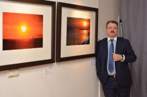Один из участников  выставки - Олег Патрин рядом со своими работами