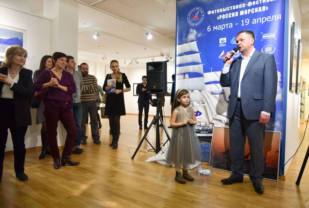 Розыгрыш лотереи проводит главный организатор фестиваля - председатель правления «Морского Арт Клуба» Анатолий Васильев