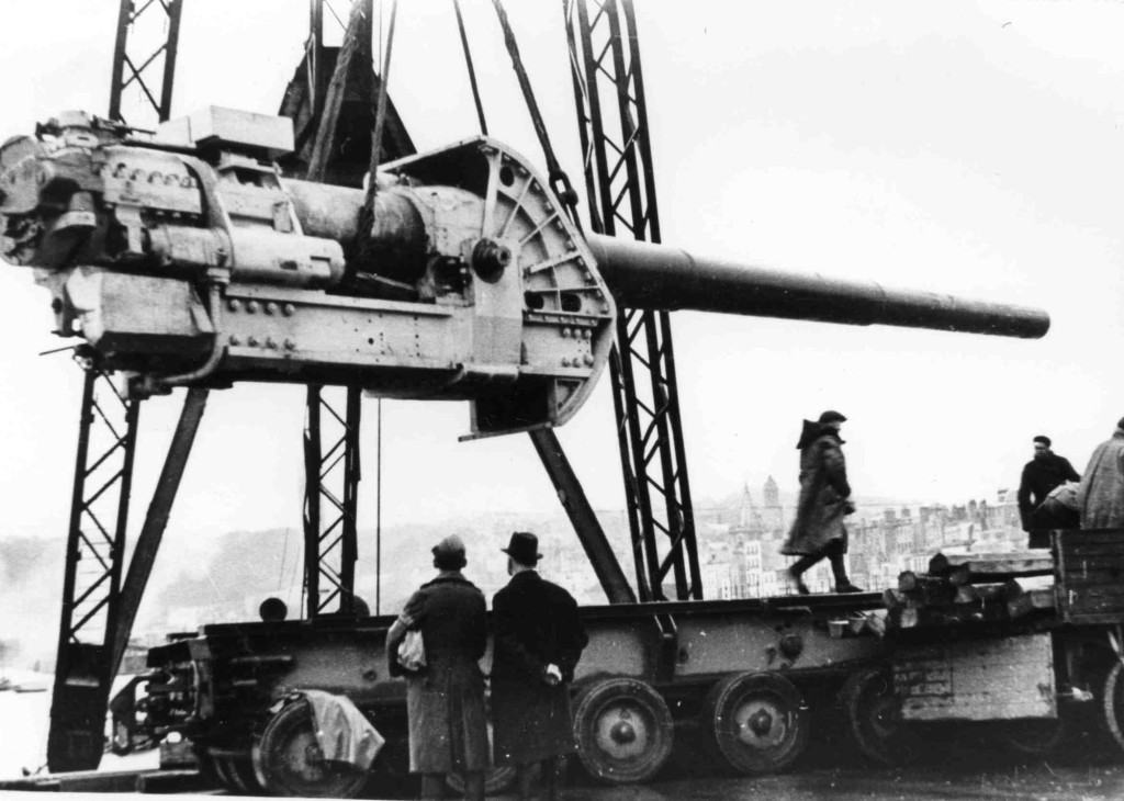 Одно из орудий, демонтированных с линкора «Генерал Алексеев».