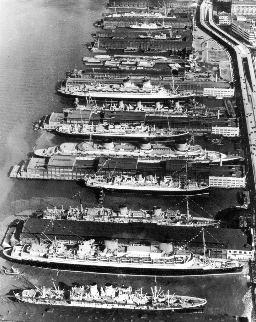 Лайнеры в порту Нью-Йорка, 1930-е гг. Второй снизу – немецкий «Бремен», четвёртый снизу – французская «Нормандия».