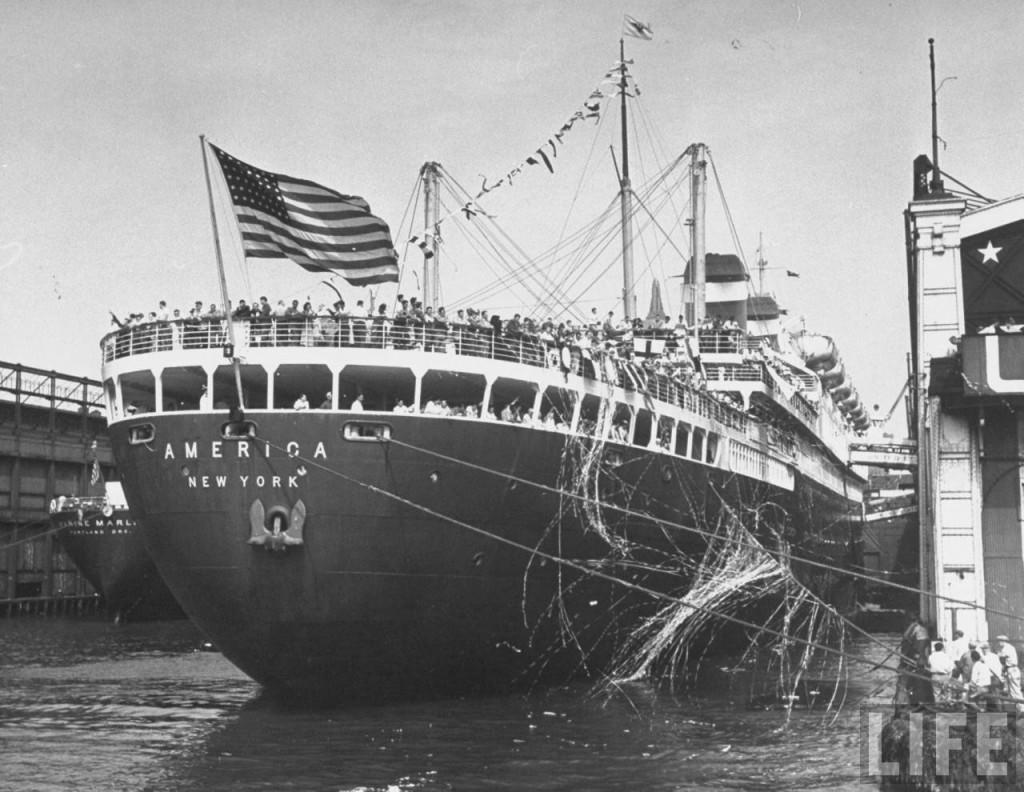 Лайнер «Америка» отправляется в Англию на Олимпийские игры со сборной США на борту, июль 1948 г.