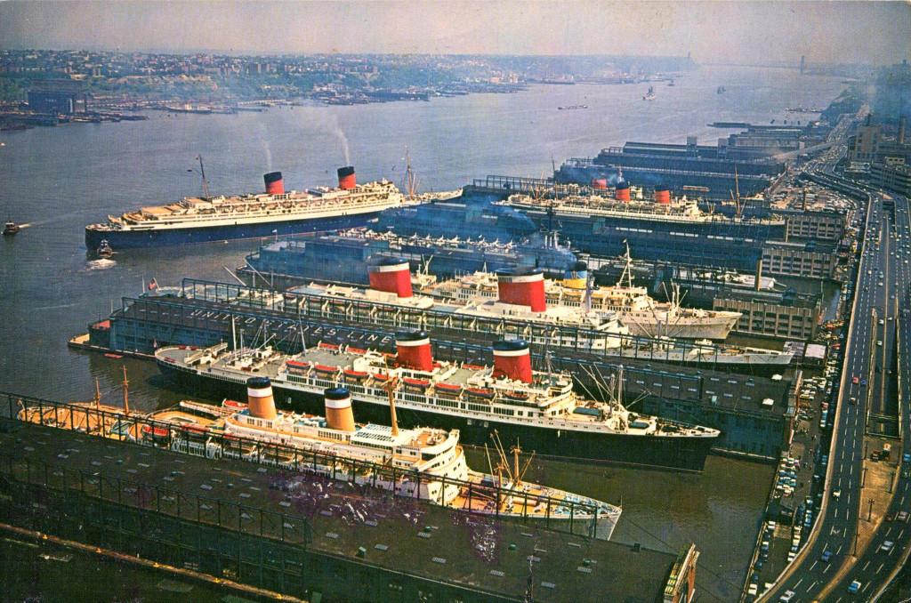 Лайнеры-трансатлантики в Нью-Йорке. Второй снизу – «Америка», за ним с другой стороны пирса - «Юнайтед Стейтс». Слева готовится к швартовке – знаменитый довоенный лайнер «Куин Элизабет».