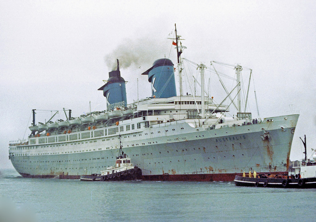 Лайнер с синими трубами и новым именем «Аустралис» на борту.