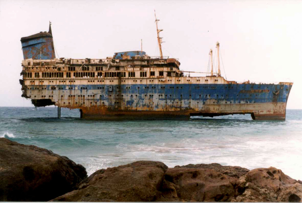 Носовая часть «Америкэн Стар» на камнях острова Фуэртевентура, 2003 г.