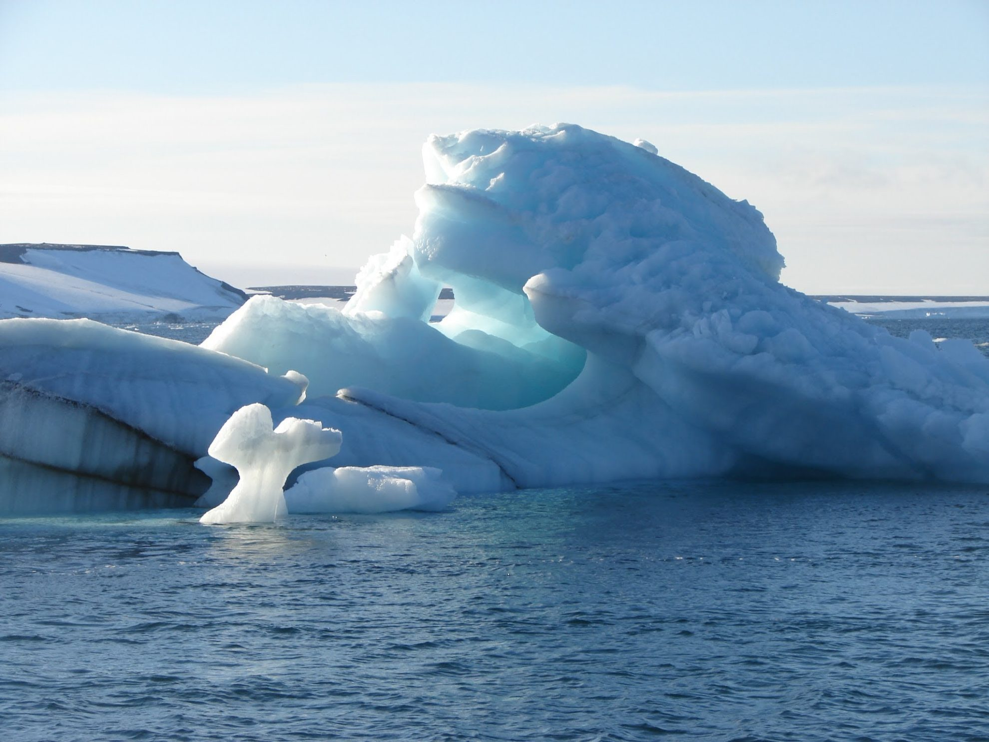 Айсберги в океане.