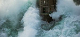 Смена смотрителя маяка Le Kereon  во время шторма — невероятные воздушные кульбиты!