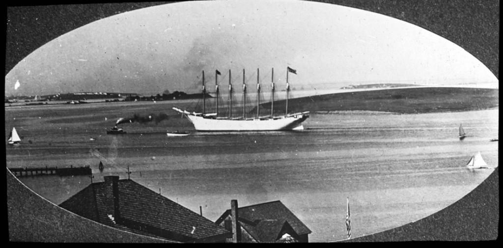 «Thomas W.Lawson» входит в гавань на буксире