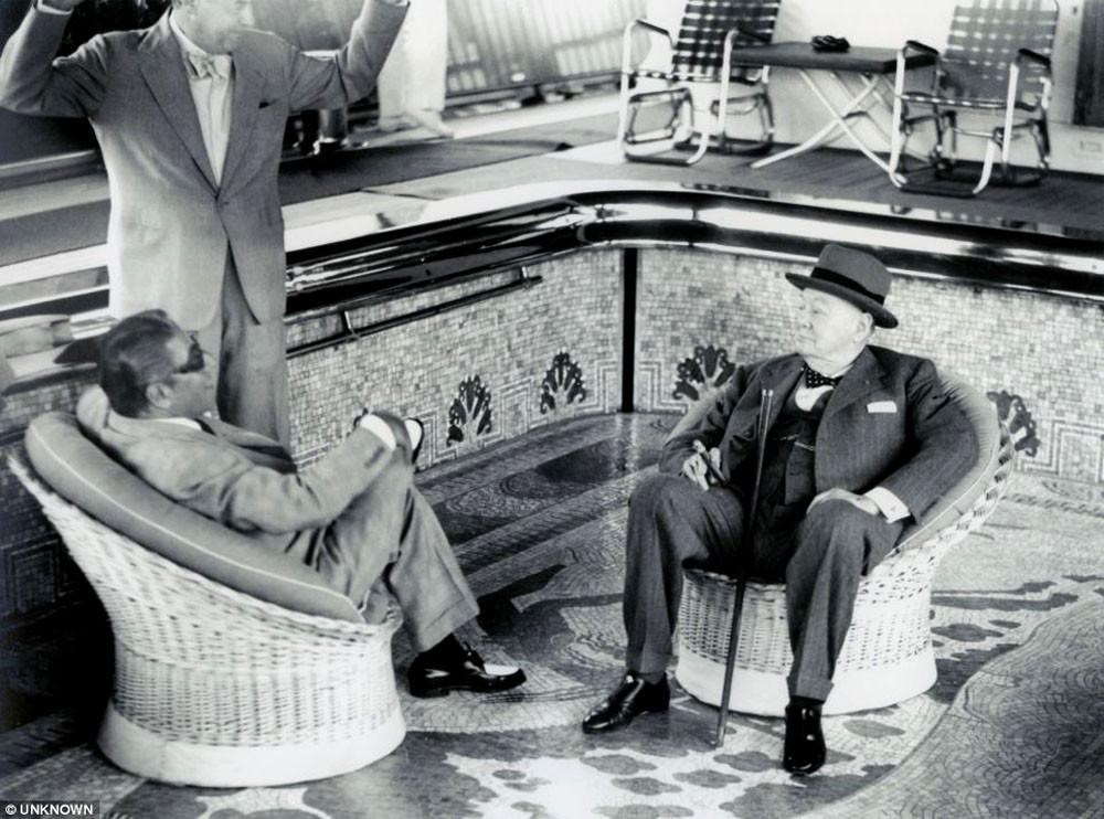 Аристотель Онассис и Уинстон Черчилль на борту яхты «Christina», 1959 г. Кстати, владелец судна и его высокий гость сидят в креслах на дне незаполненного водой бассейна!