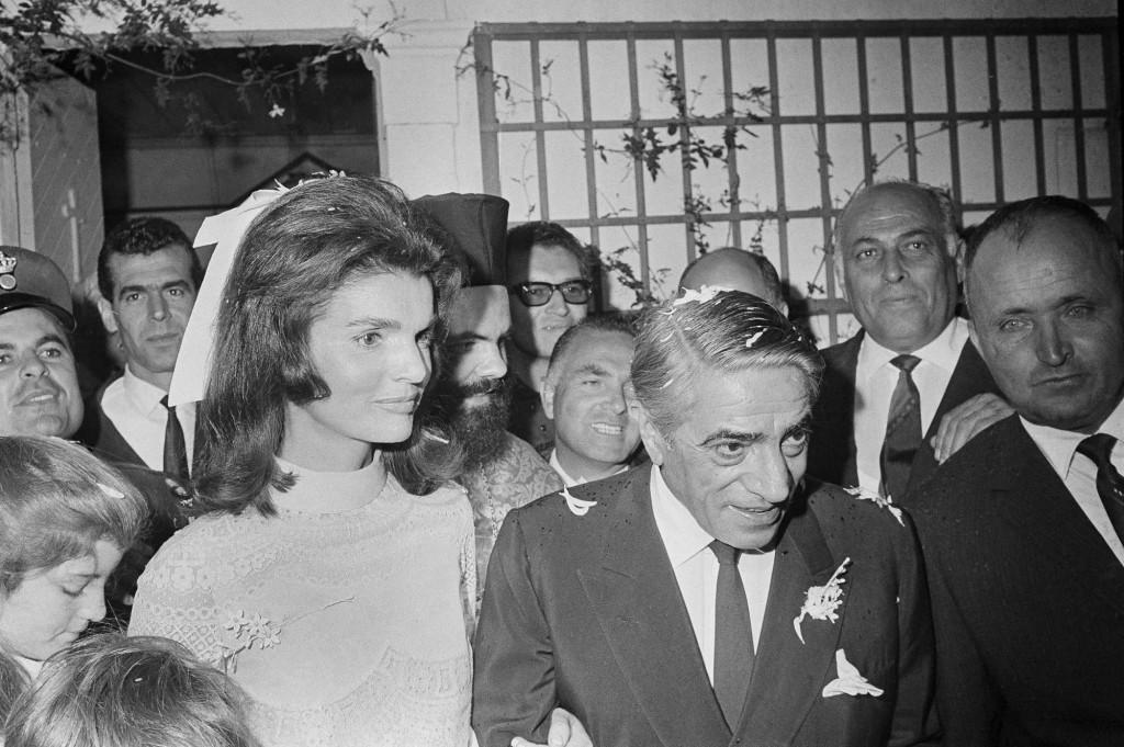 Эта фотография свадьбы Онассиса и Жаклин Кеннеди попала в газеты и журналы всех стран мира (1968 г.)