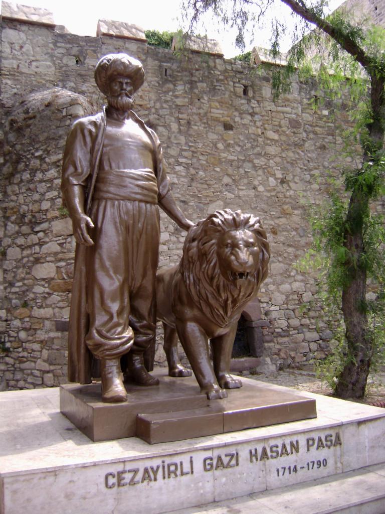Памятник Джезаирлы Гази Хасан Паше, установленный у крепости в Чешме