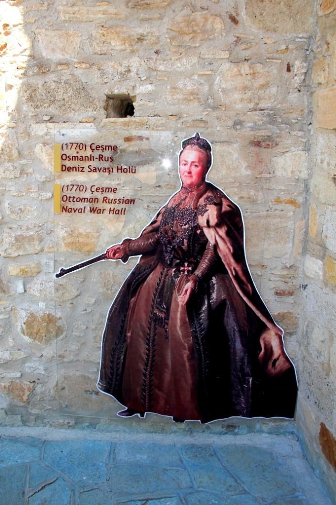 У входа в музей посетителей встречает портрет Екатерины II