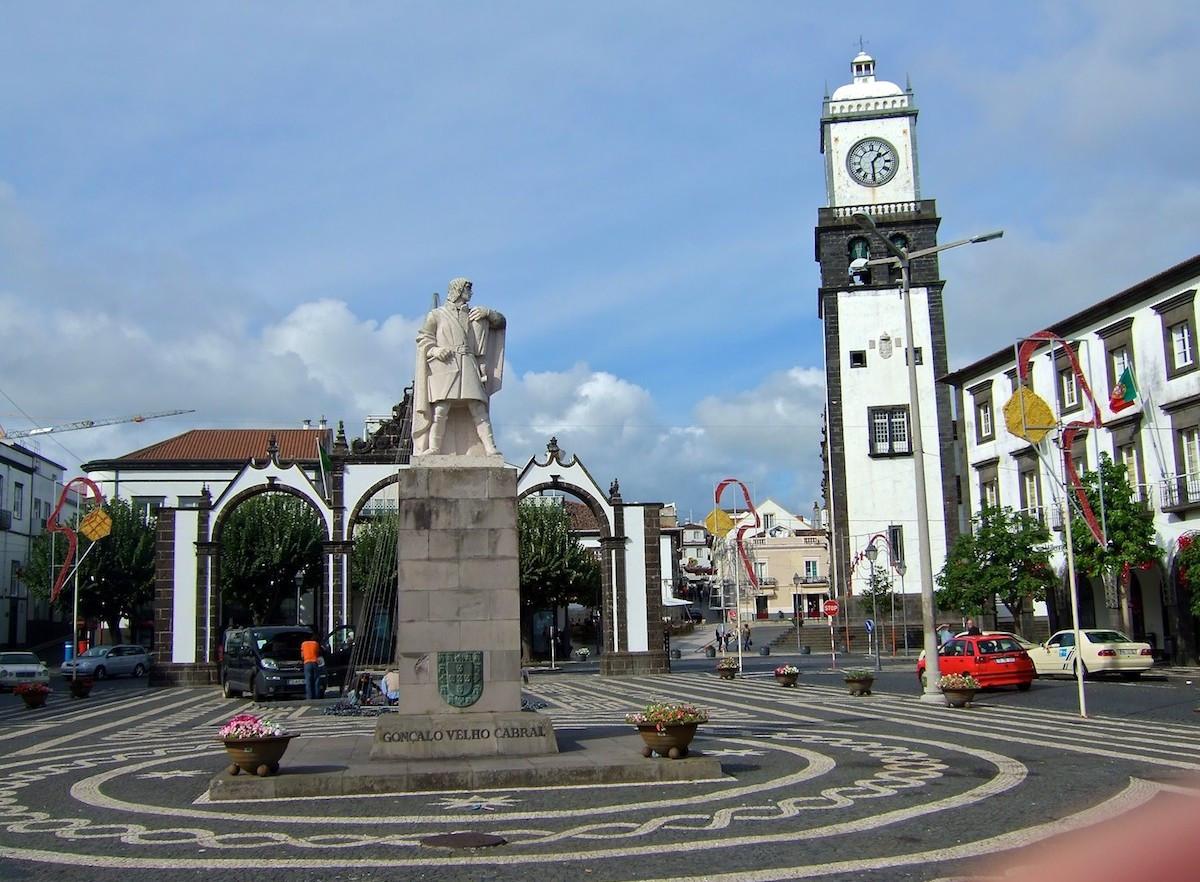 Памятник первооткрыватель Азорских остров в городе Понта Делгага.