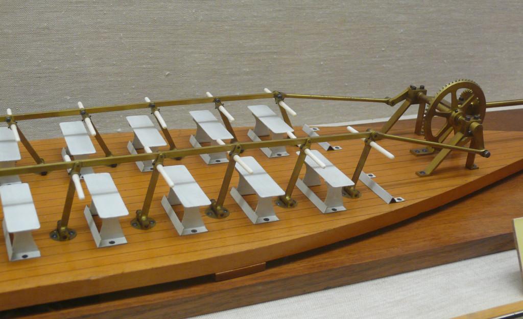 Вот такой «тренажёрный зал»! Модель мускульного двигателя канонерской лодки «Шёльд» в экспозиции Морского исторического музея (Sjöhistoriska museet) в Стокгольме. Правда, на модели показана установка с 32 сиденьями (банками), хотя на самом деле их было 24…