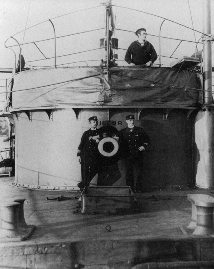 Офицеры и вахтенный матрос на борту канонерской лодки «Хильдур». Очень похожую конструкцию имел и «Шёльд»