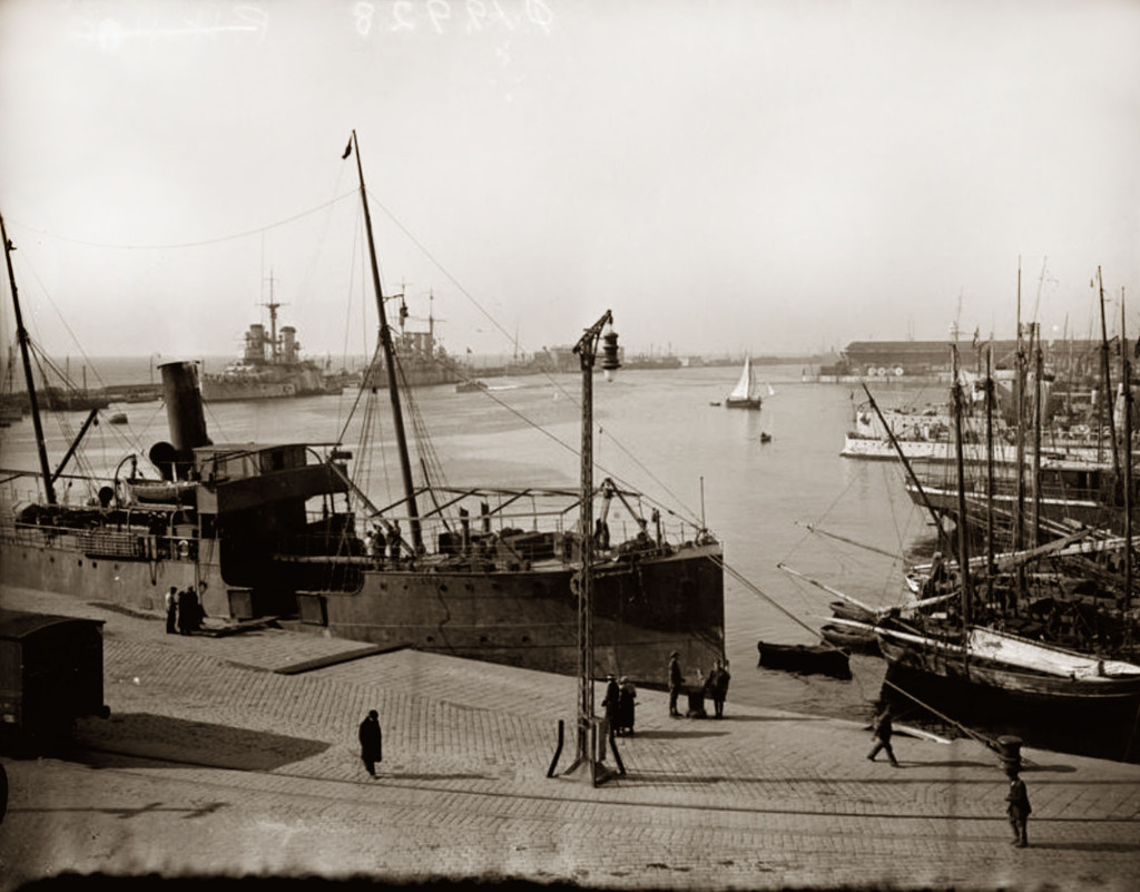 Гавань Фиуме. На дальнем плане у мола стоят броненосец «Эмануэле Филиберто» и броненосный крейсер «Пиза», 1919 г.