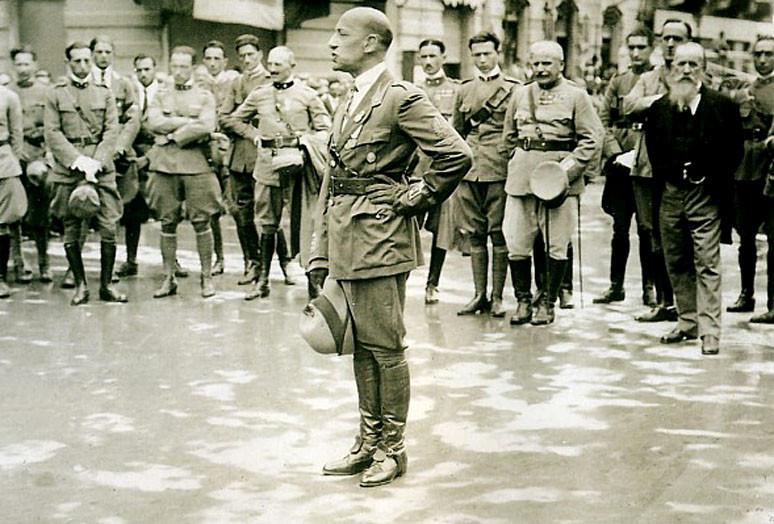 Команданте д'Аннунцио выступает перед соратниками в Фиуме