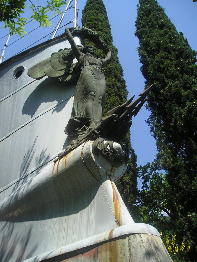 Скульптура на форштевне крейсера «Пулья»