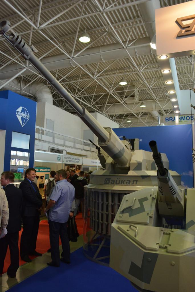 Макеты корабельных артиллерийских установок. На заднем плане – перспективная 57-мм АУ-220М