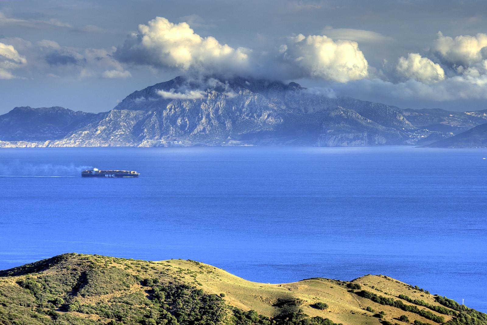 Споры, кому должен принадлежать Гибралтар, не утихают до сих пор. Уже более 300 лет испанцы пытаются вернуть себе свои бывшие владения.