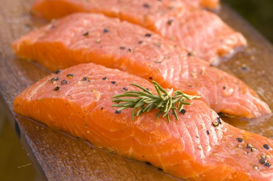 Лосось - основная рыба, которую вылавливают дрифтовым способом  японские и российские рыбаки.