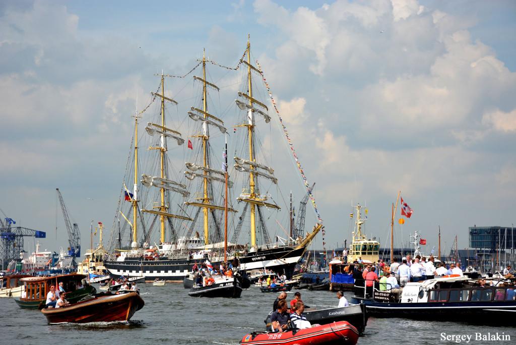 Барк «Крузенштерн» следует в Амстердам по каналу Эй, 19 августа 2015 г.