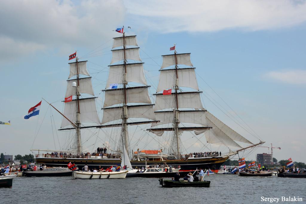 Клипер «Stad Amsterdam» шёл по каналу Эй с поставленными парусами