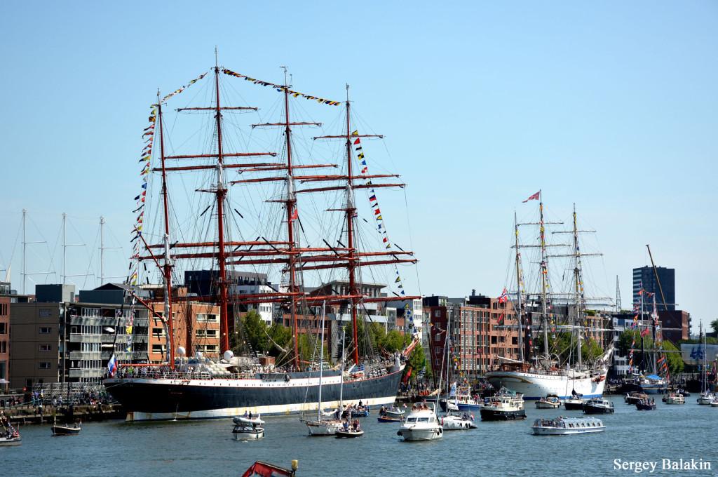 Барк «Седов» в Амстердаме. Впереди него – норвежский учебный парусник «Statsraad Lehmkuhl»