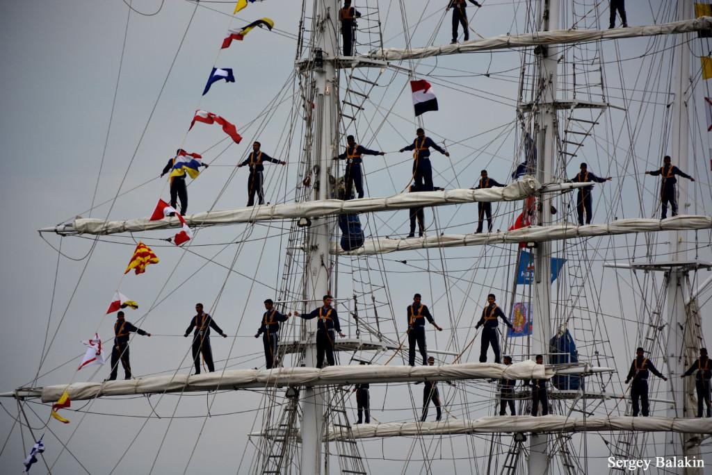 Экипаж на реях индийского учебного барка «Tarangini»