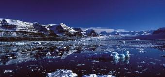 Двое ученых жилигод в Арктике на борту судна на воздушной подушке
