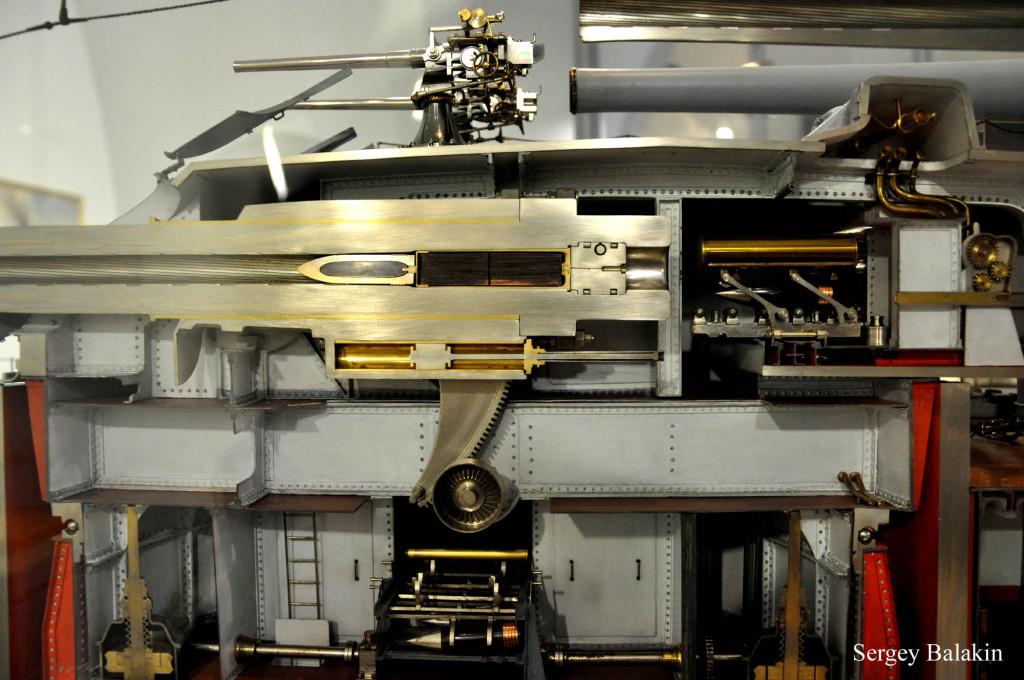 Кормовая башня главного калибра линкора «Вирибус Унитис» разрезана по среднему стволу 305-мм орудия. Также разрезаны по ДП снаряд и заряд в латунной гильзе. Внутри ствола хорошо видны нарезы.