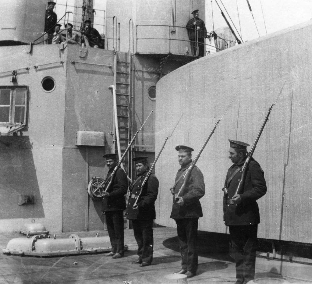 В Российском флоте за мелкие провинности нижние чины часто ставились «под ружьё» - как, например, эти четыре матроса линейного корабля «Иоанн Златоуст»