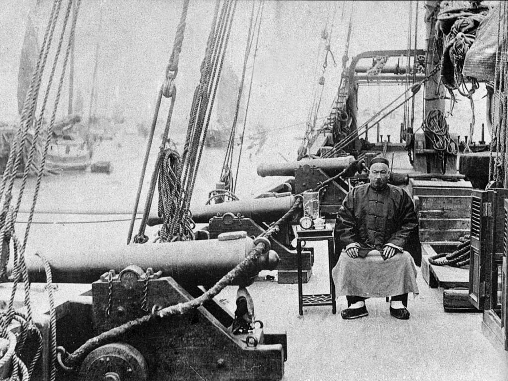Капитан китайской таможенной джонки. На рубеже XIX-XX веков некоторые правительственные суда Поднебесной империи всё ещё не имели механического двигателя и были вооружены старинными гладкоствольными пушками.