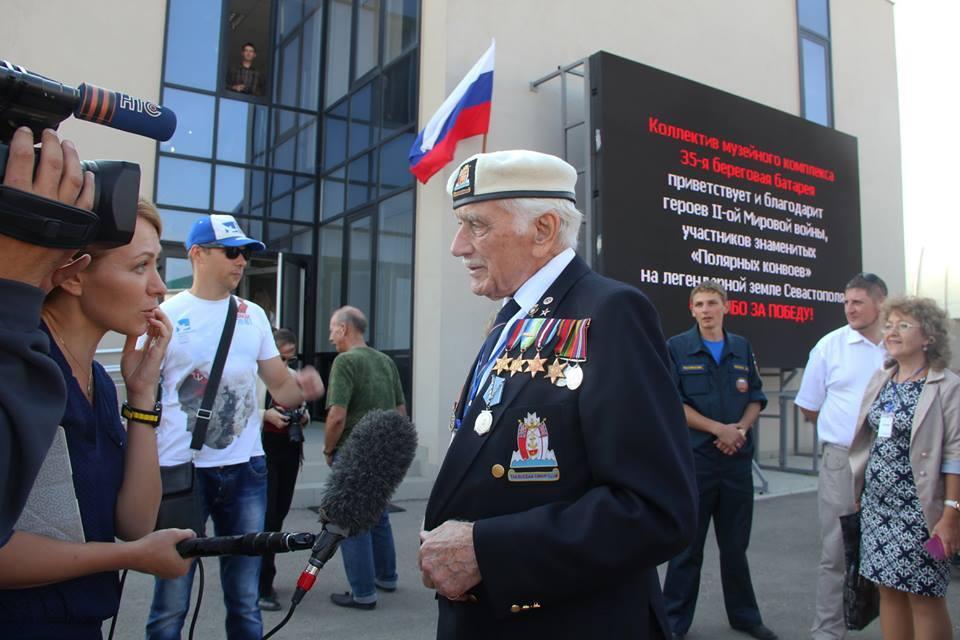 Британский ветеран Сеймур Тейлов у Мемориала 35-й батареи