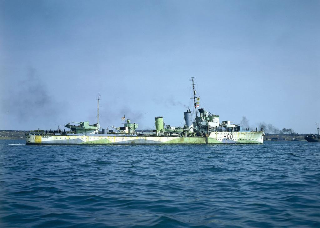 В годы Второй мировой войны союзники уже довольно широко использовали цветную фотоплёнку. На снимке - канадский эсминец «Restigouche» во всей своей «искажающей» красе…