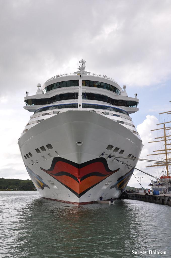 Лайнер с улыбкой на носу: «AIDAluna» в порту Сент-Джонс на острове Антигуа. Это судно тоннажем 69 203 брт построено в 2009 г.
