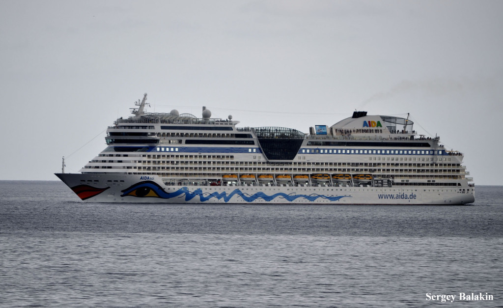 «AIDAsol» в Атлантике. Этот лайнер построен в Германии в 2011 г. и принадлежит к серии крупнейших судов компании Aida Cruises (71 304 брт)