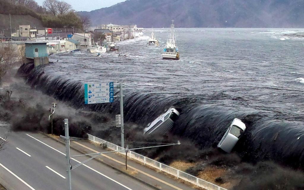 Удар волны цунами по японскому городу Мияко, 11 марта 2011 г.