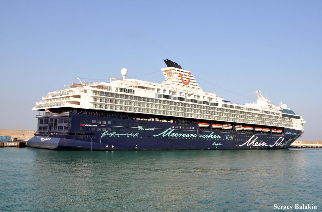 «Mein Schiff 1» в итальянском порту Чивиттавеккья. Этот лайнер с расписанным каллиграфическим почерком корпусом построен в 1996 г. и имеет тоннаж 77 713 брт.