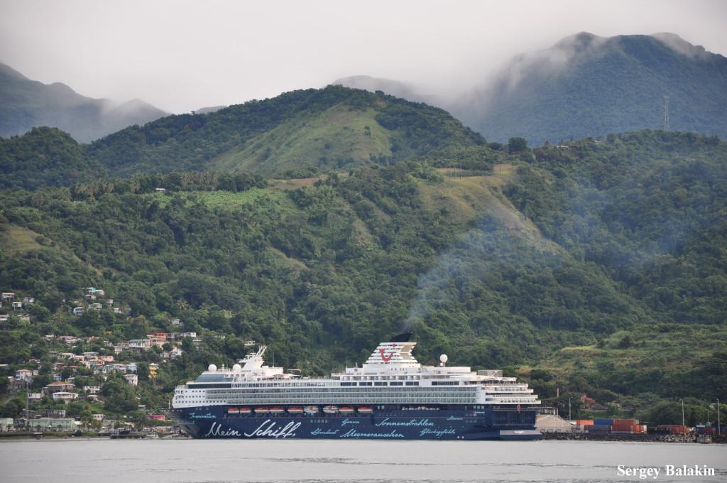 Лайнер «Mein Schiff 2» (1997 г., 77 522 брт) у берегов острова Доминика в Карибском море. Это судно до 2011 года называлось «Celebrity Mercury» и принадлежало компании Celebrity Cruises.