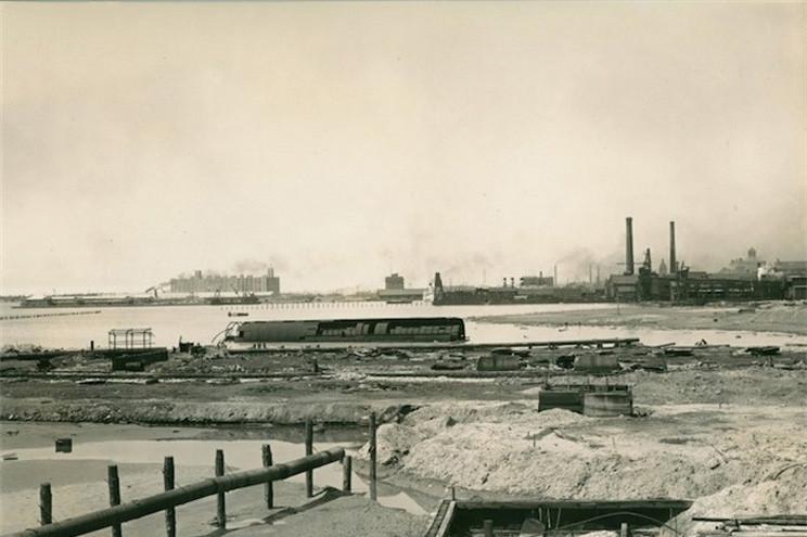 Брошенный «роллер бот» в затоне завода Polson Iron Works в Торонто